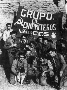 miliziani baschi repubblicani riaffermano la loro fedeltà ai simboli del comunismo.