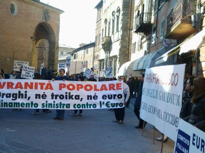 IL CORTEO NAZIONALE CONTRO DRAGHI A CITTA' DELLA PIEVE: PIU' POLIZIOTTI CHE MANIFESTANTI