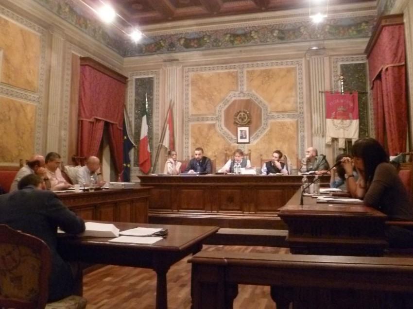 CHIUSI LA PRIMAVERA ABBANDONA IL CAMPO. PER PROTESTA. DIMISSIONI IN BLOCCO DI TUTTI I CONSIGLIERI
