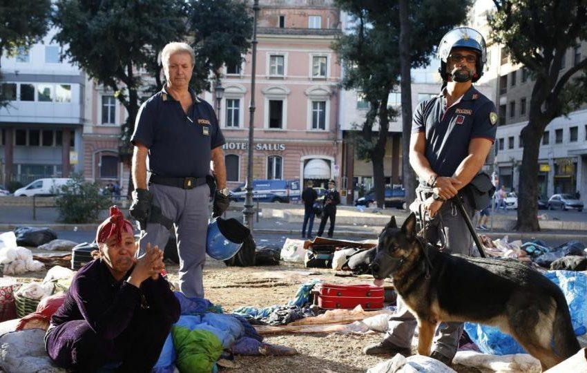 GUERRIGLIA URBANA A ROMA, IDRANTI SUI RIFUGIATI… l'ITALIA DAL MANGANELLO FACILE CHE RESTA FASCISTA DENTRO