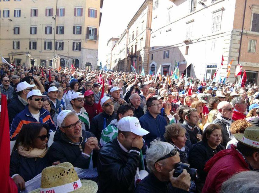 CIOCCOLATO AMARO: 400 ESUBERI ALLA PERUGINA, L'UMBRIA SCENDE IN PIAZZA CONTRO LA NESTLE'
