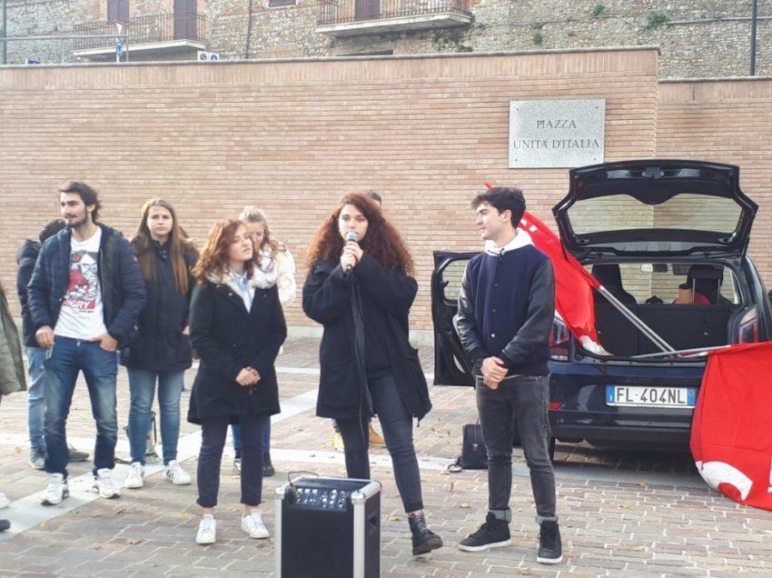 CITTÀ DELLA PIEVE. GLI STUDENTI DELL'ISTITUTO ITALO CALVINO SCENDONO IN PIAZZA: NON È QUESTO IL CAMBIAMENTO
