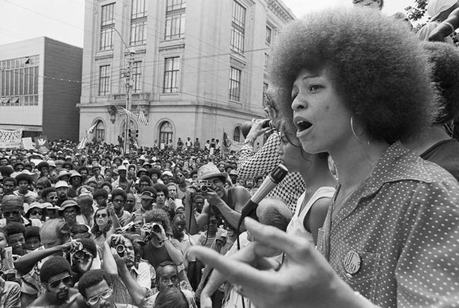 DONNA, NERA, FEMMINISTA E COMUNISTA: LA LEZIONE ANTIRAZZISTA DI ANGELA DAVIS ICONA DEGLI ANNI '70