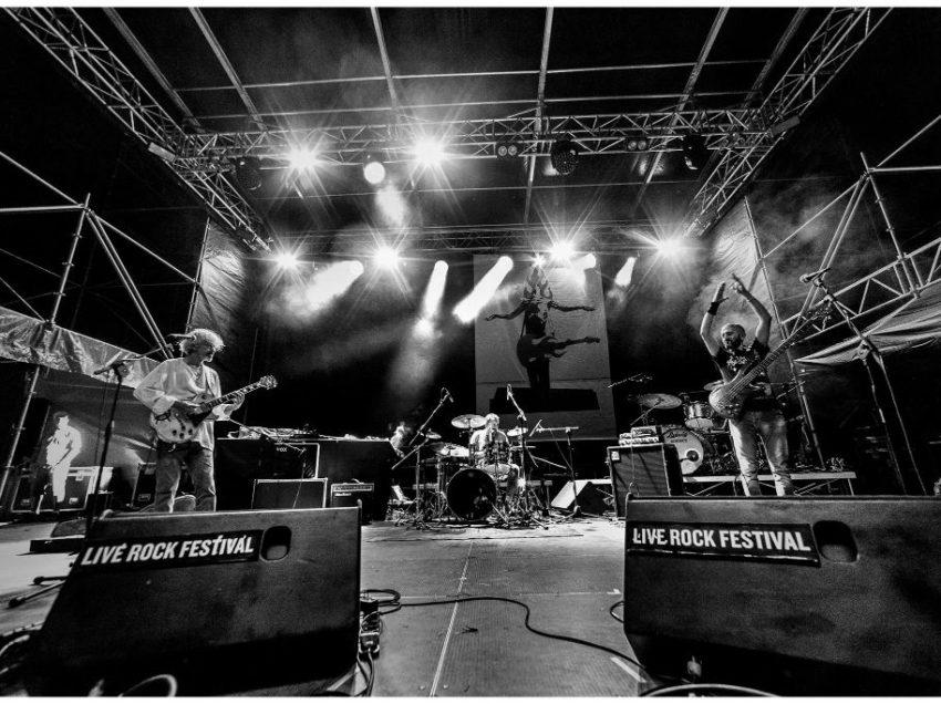 LA LEZIONE DI RESILIENZA DEL LIVE ROCK FESTIVAL DI ACQUAVIVA. E DOMANI A CHIUSI SUONANO I DUDES